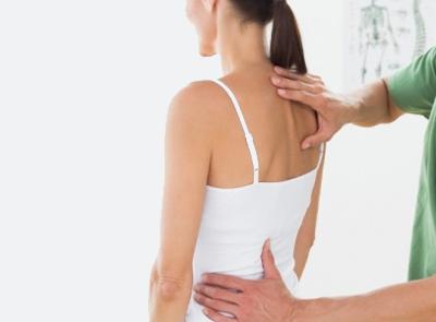 il dolore al collo può derivare da una cattiva postura. Questa può essere corretta